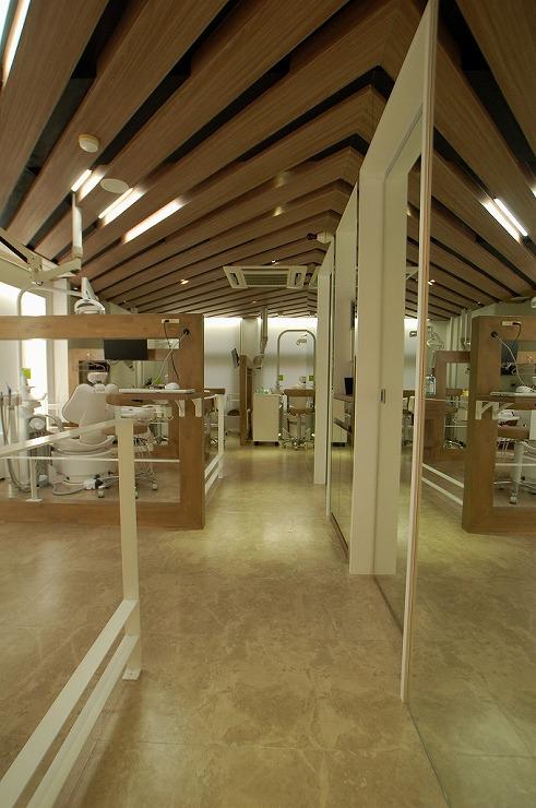 天井を高く見せる歯科医院内装設計